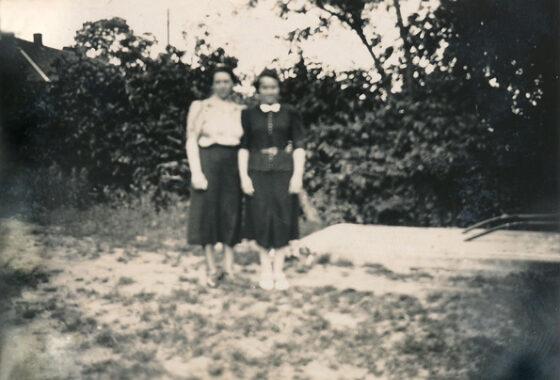 Gerda und ihre Schwester Netty Vogel (geb. Jakobs), wenige Tage vor ihrer Emigration nach Chile am 1.7. 1939