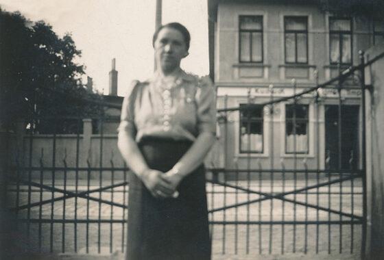 """Netty Vogel, im Hintergrund das gegenüberliegende Restaurant """"Bräustübl"""" an der Donnerschweer Straße sowie die Mauer der Margarinefabrik und Lebensmittelgroßhandel Anton J. Becker"""