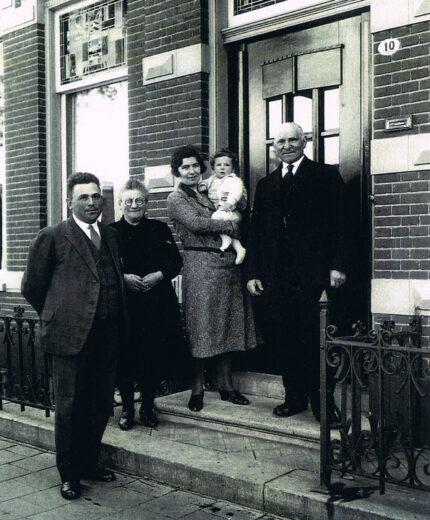 Aalje, Geertje, Aletta, Ben jr, Ben sr. van Dam vor ihrem Haus, Spilsluizen 10.