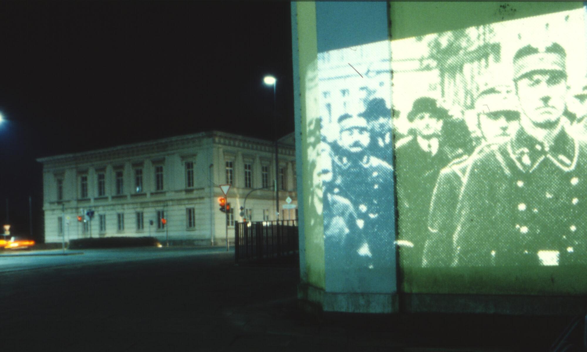 Verhaftete Juden werden durch die Stadt getrieben